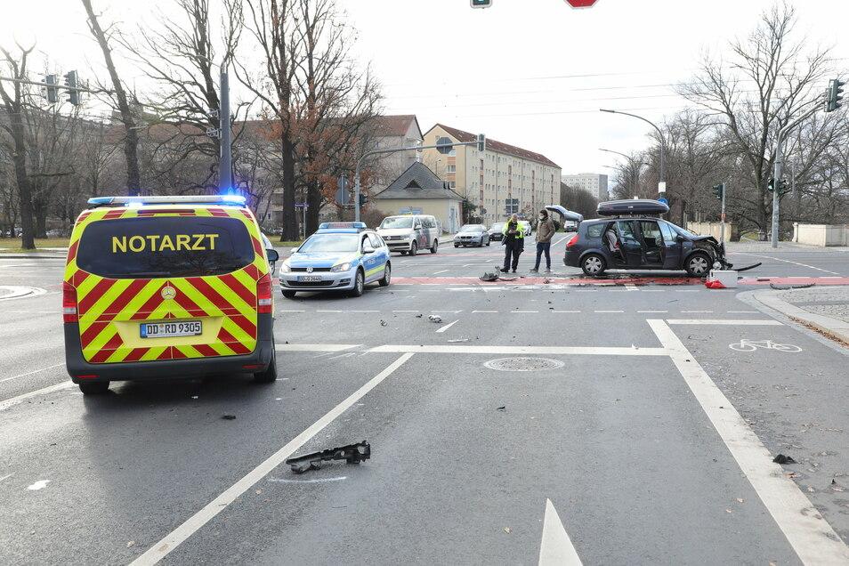 Am Donnerstagmittag kam es auf der Kreuzung Sachsenplatz/Käthe-Kollwitz-Ufer zu einem Verkehrsunfall. Ein Renault und ein Notarzteinsatzfahrzeug stießen zusammen.