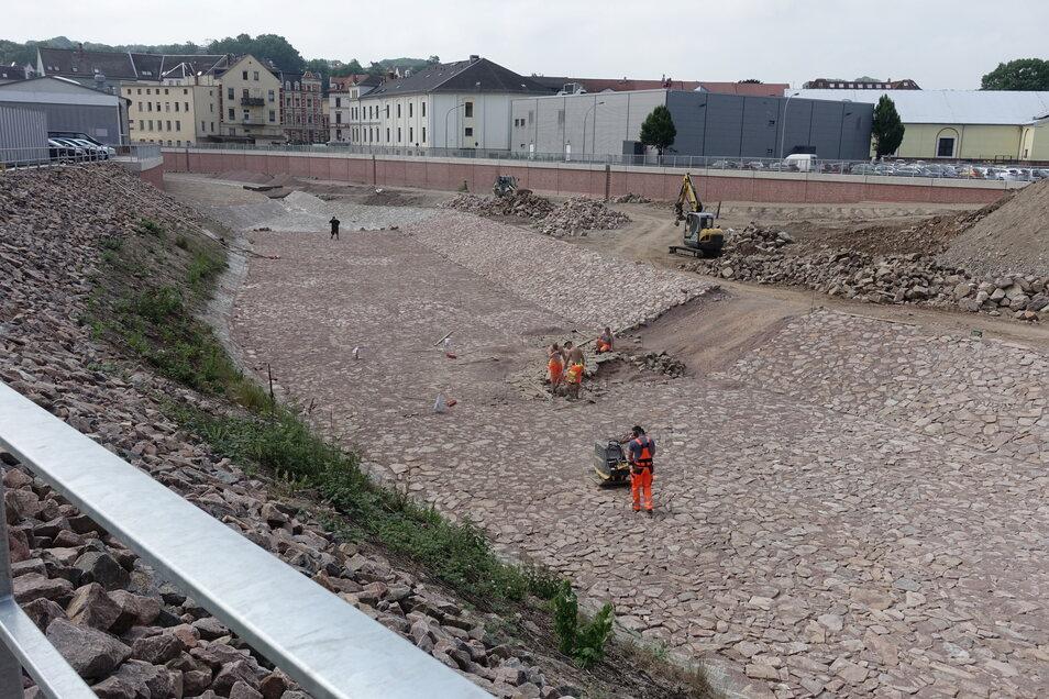 Derzeit wird der letzte Abschnitt der Flutmulde am Steigerhausplatz gepflastert. Damit ist der langwierigste und teuerste Teil des Hochwasserschutzes für Döbeln realisiert. Die Fortsetzung an anderer Stelle steht noch in den Sternen.