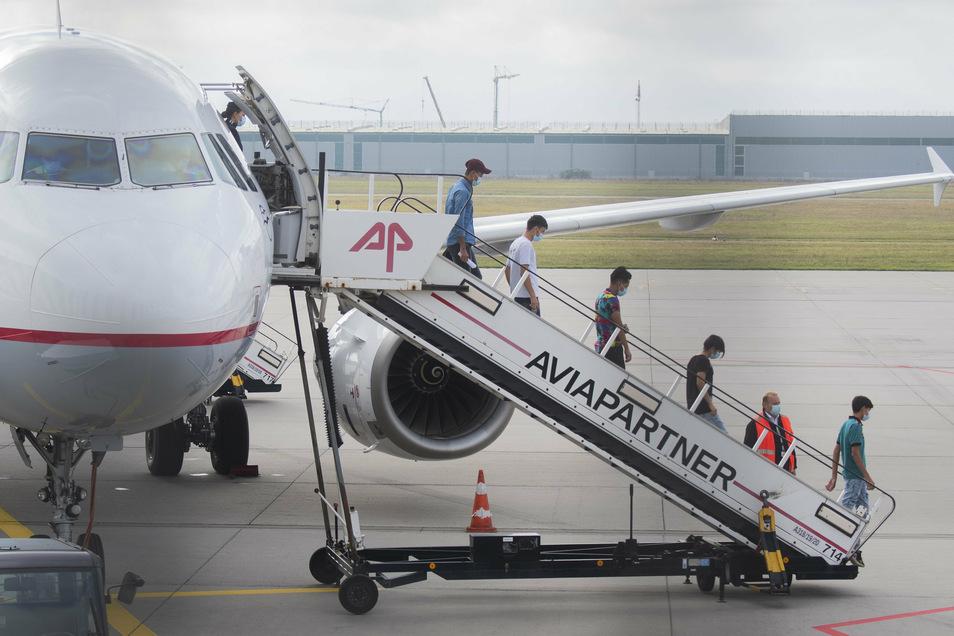 An Bord des Fluges waren 51 unbegleitete minderjährige Migranten aus Moria sowie kranke Kinder oder Jugendliche mit deren Familien, insgesamt 88 Menschen.