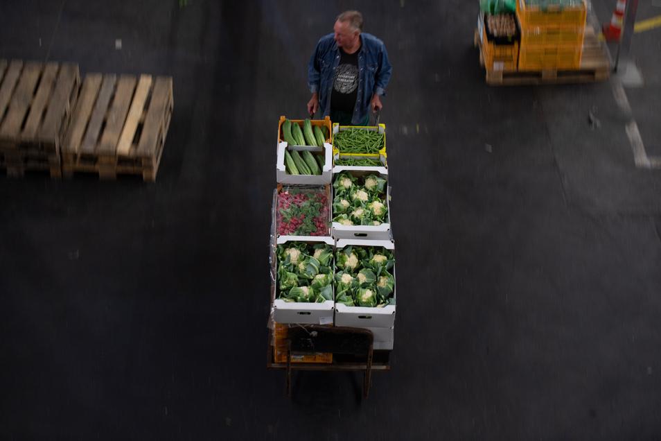 Ein Mann arbeitet nachts in einem Großmarkt.