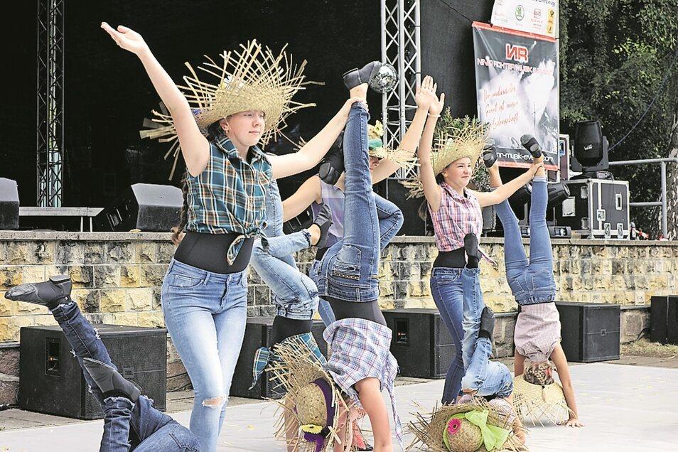 Die Tanzperlen des Zschopautals, hier die Gruppe Blickfang mit dem Vogelscheuchentanz, zeigten auf der Bühne auf dem Oberwerder ihr Repertoire.