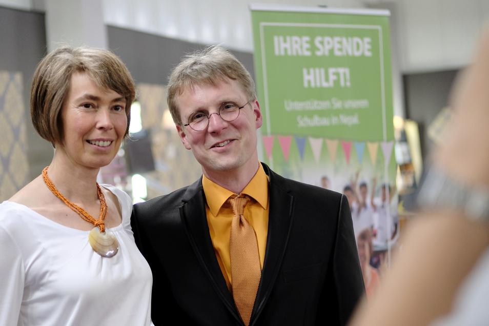 Bis heute reist Inhaber Holger Schmidt zusammen mit seiner Frau Regina regelmäßig geschäftlich nach Indien und Nepal - auch um zu helfen.