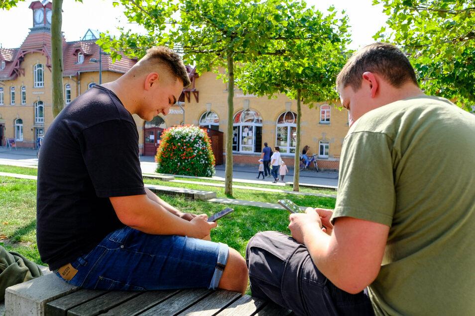 Dort, wo junge Leute auf dem Handy surfen, ist meist kostenloser WLAN-Empfang. Vor dem Kulturbahnhof in Radebeul-Ost ist das so. Foto: Arvid Müller