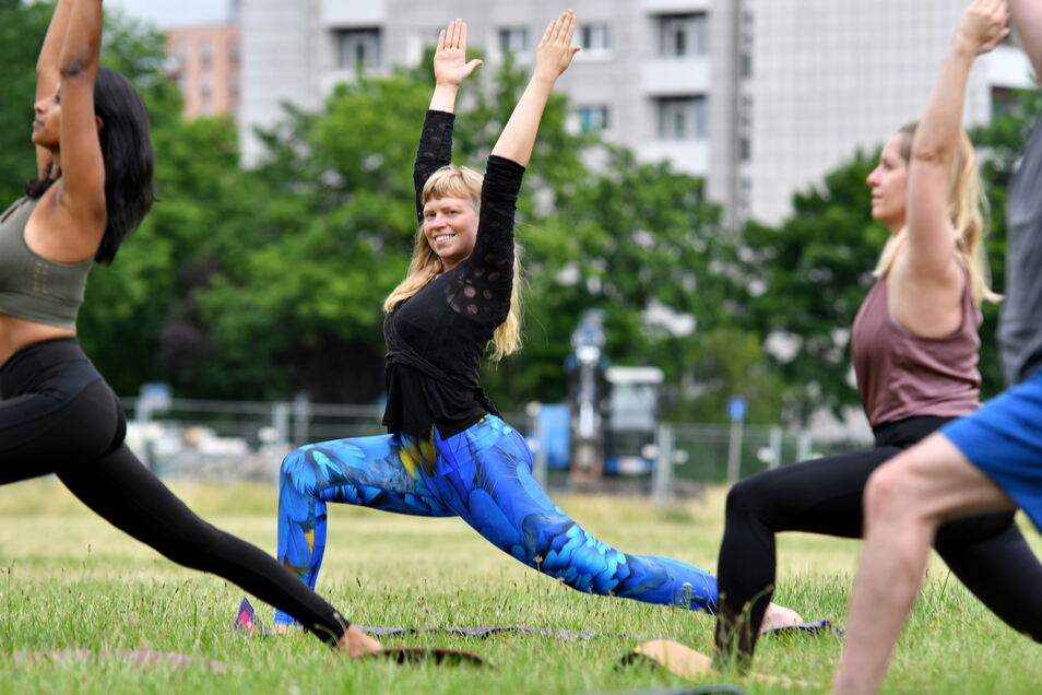 Yogalehrerin Mandy Frauenlob und viele weitere Yogis laden bald auch auf die Cockerwiese ein.
