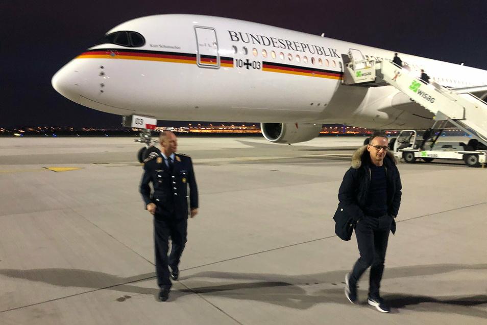 Bundesaußenminister Heiko Maas (r, SPD) vor dem neuen Regierungsflieger vom Typ A350.
