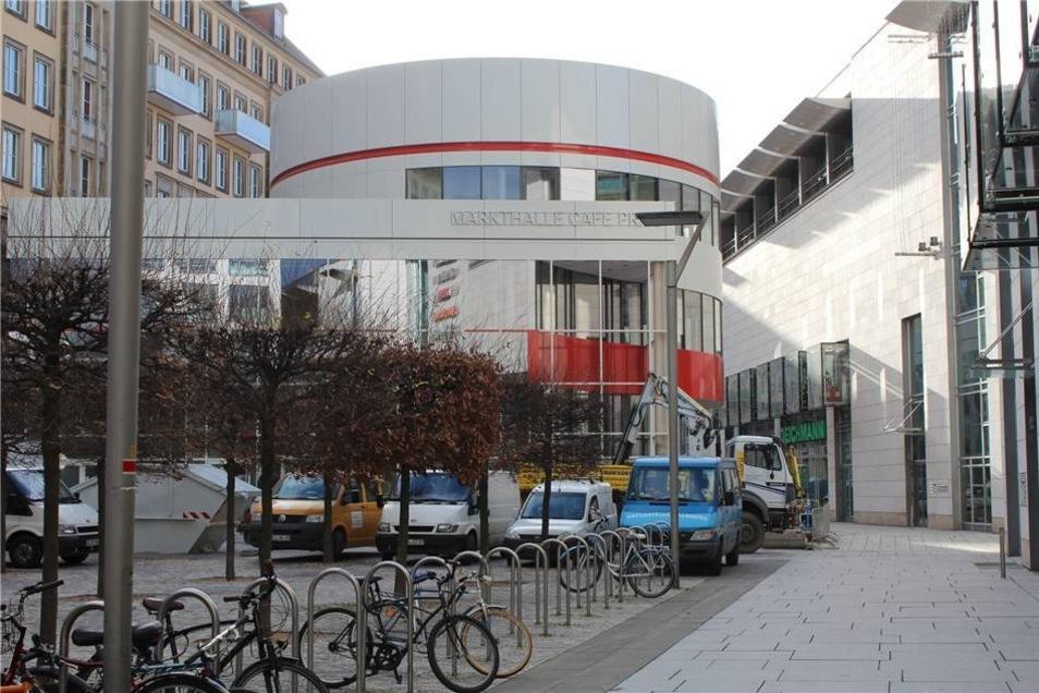 ... und durch einen Neubau mit 16 Meter hohem Turm im Hof ergänzt. Die Markthalle grenzt an die Altmarktgalerie.