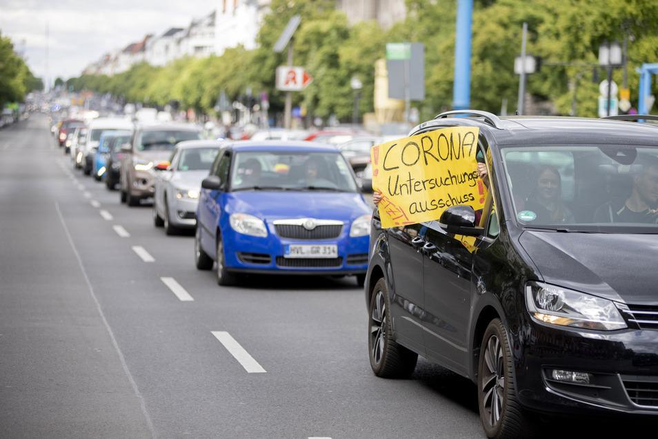 Ein Fahrzeugkorso gegen die Corona-Politik der Bundesregierung fährt durch Berlin.