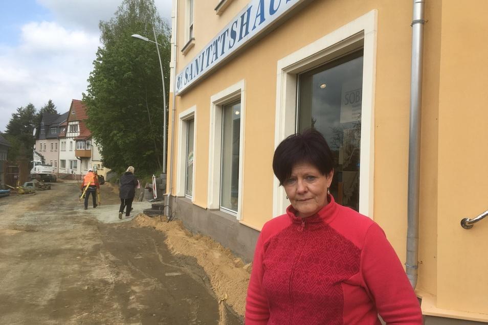 """Vor dem """"Sanitätshaus Winkler"""" von Ines Schneider ist mindestens noch bis zu den Sommerferien Baustelle."""