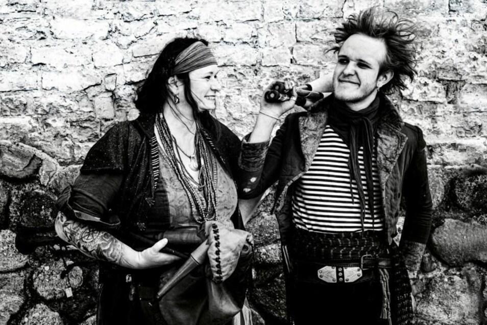 Das Duo Confilius sind Cornelia Fuchs und Philipp Aaron Fuchs, beide Musiker und Jongleure.