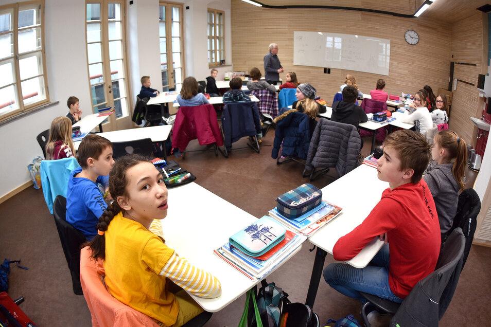 Andere Raumformen, andere Sitzformen: In den neuen Klassenzimmern probieren die Lehrer andere Tisch-Ordnungen aus, beispielsweise um Gruppenarbeit besser zu ermöglichen.