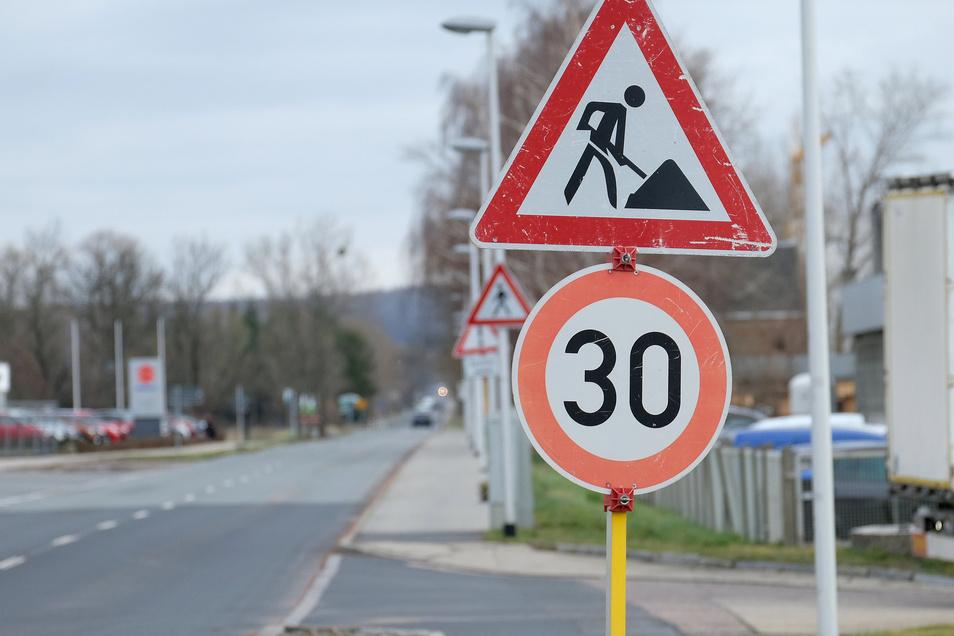Baustellenschild ohne Baustelle: Autofahrer ärgern sich über eine Geschwindigkeitsbegrenzung, obwohl gar nicht gebaut wird. Sie sehen das als Schikane.