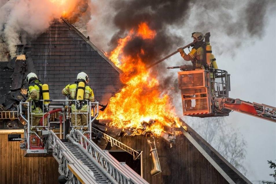 """Die Feuerwehr kämpft gegen die Flammen. Seit Montag gegen 3 Uhr brennt der Gasthof """"Schänkhübel"""" in Rossendorf."""