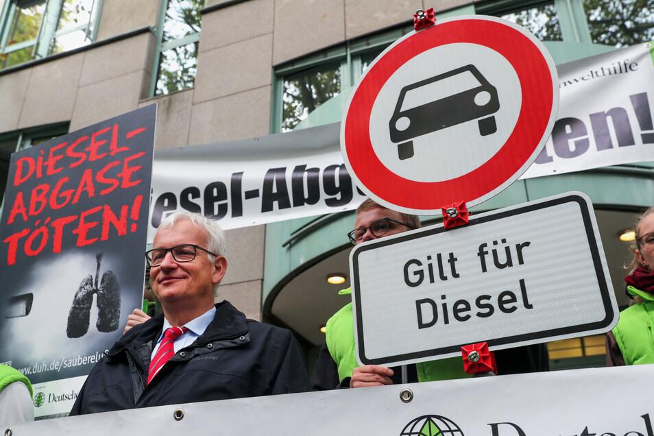 Jürgen Resch (M), der Bundesgeschäftsführer der Deutschen Umwelthilfe