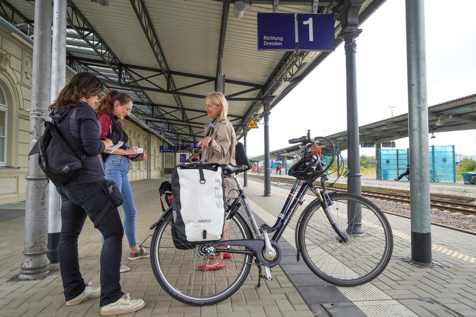 Katja Gerhardi (r.) pendelt regelmäßig mit der Bahn statt mit dem Auto zwischen Dresden und Bautzen. Damit das mehr Leute tun, müsste sich aber einiges ändern, sagt sie.