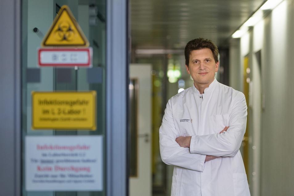 Institutsdirektor Alexander Dalpke öffnet für Sächsische.de einen sonst gesperrten Bereich.