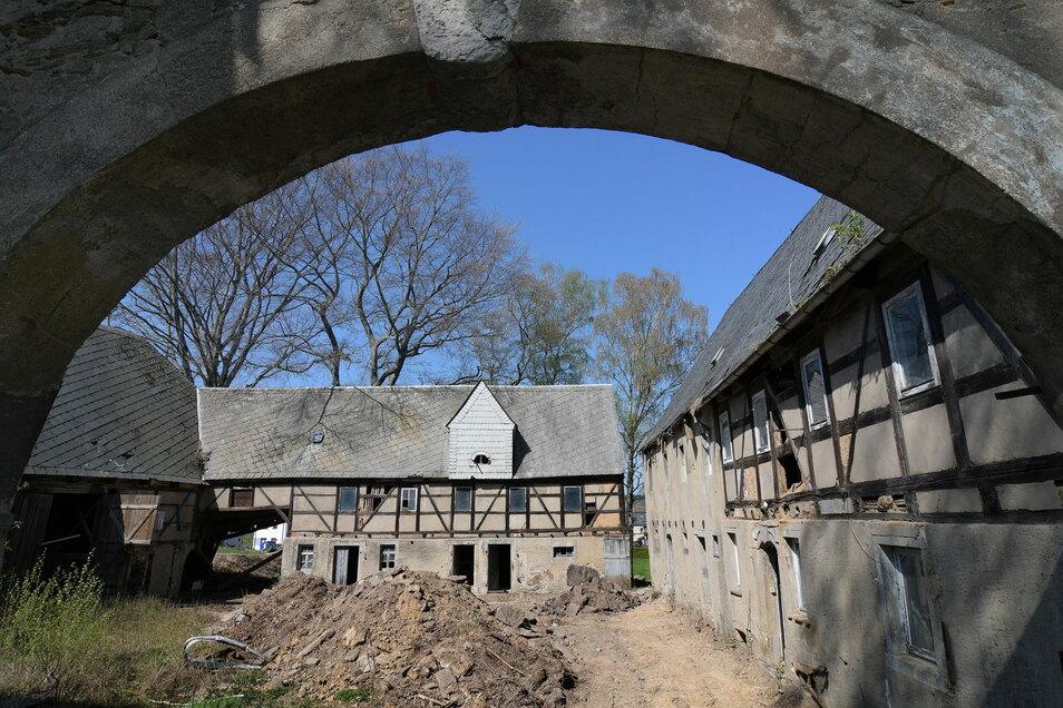 Der Birkenhof in Haßlau ist bereits weggerissen worden. Der neue Eigentümer des Grundstückes hat vor, dort vier Eigenheime errichten zu lassen. Erste Formalitäten dafür sind bereits erledigt.