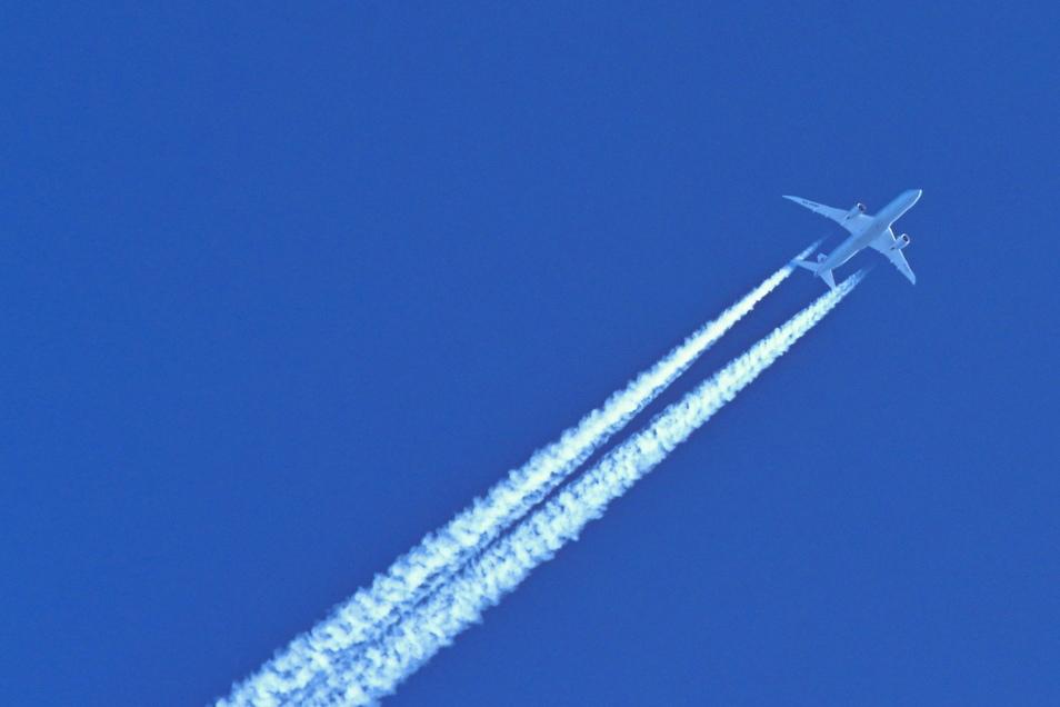 Die Corona-Krise war auch am Himmel abzulesen: Die sonst üblichen Kondensstreifen fehlten. Jetzt wird wieder mehr geflogen.