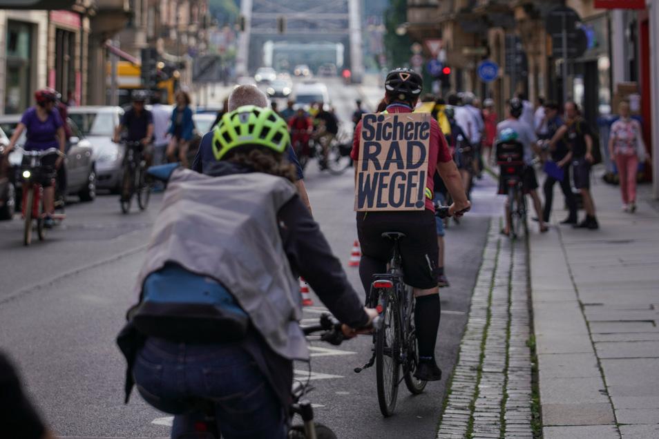 Mit einer Demo haben Radfahrer im Juni auf der Hüblerstraße in Dresden sichere Radwege gefordert.