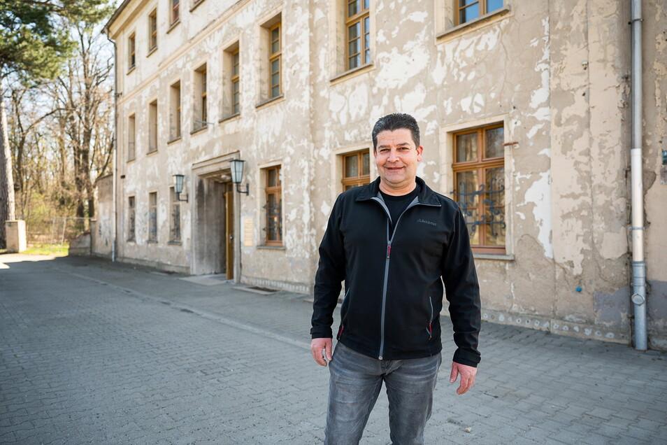"""Markus Stäbler vor dem """"Haus der Jugend"""" in Görlitz. Er ist Geschäftsführer des Vereins """"Einer für alle"""", dem das Gebäude gehört."""