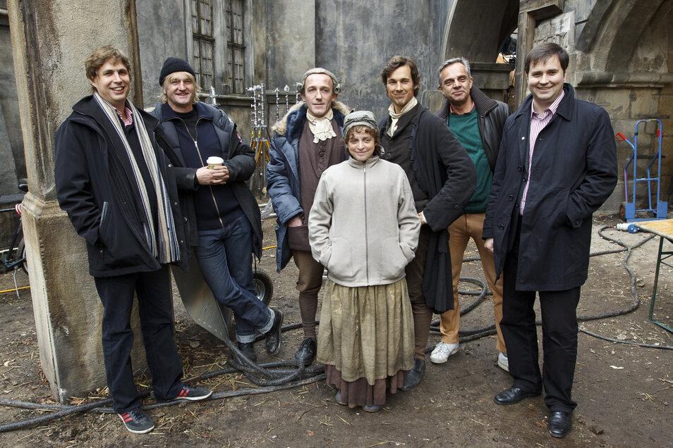 """Für """"Die Vermessung der Welt"""" wurde 2011 vor dem Braunen Hirsch noch ein Außenset gebaut - hier posieren Hauptdarsteller, Produzenten, Regisseur und Daniel Kehlmann (links), der die Romanvorlage lieferte, vor dem Braunen Hirsch."""