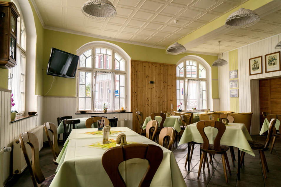 Der Blick in den dank der großen Fenster zumindest tagsüber sehr hellen Gastraum. Hier wird seit dem 19. Jahrhundert Bier ausgeschenkt.