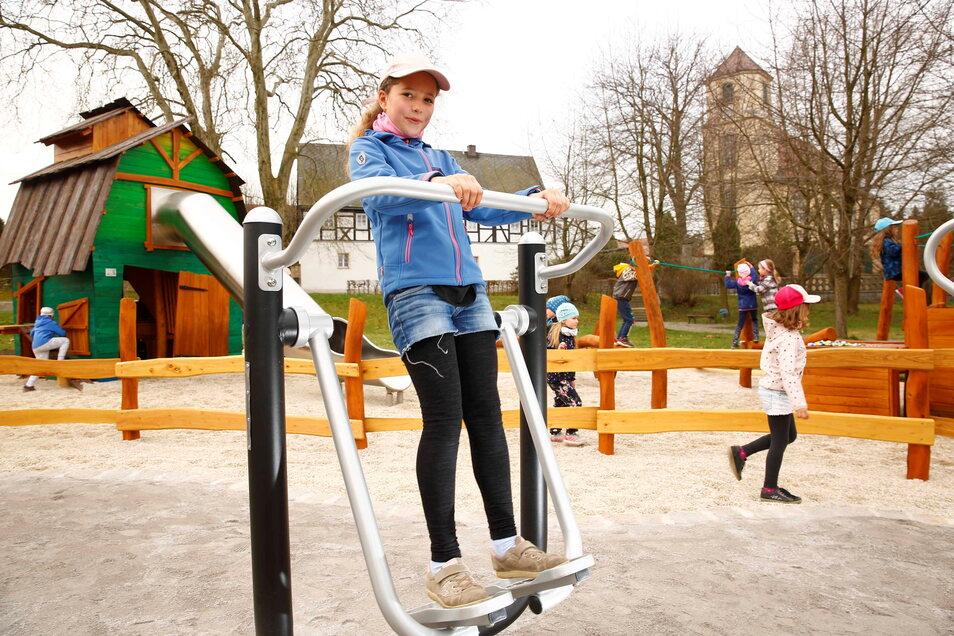 Der neue Spielplatz für Kinder, Jugendliche und Erwachsene in Bischheim ist eröffnet. Katharina testet schon mal eines der Fitnessgeräte.