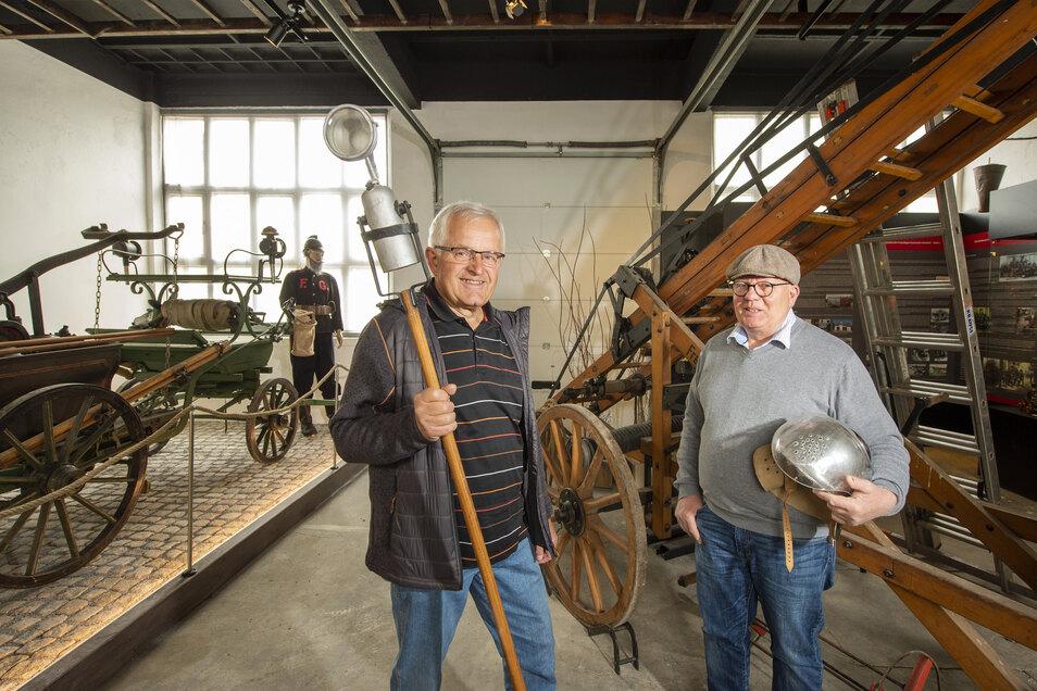 Mit Lampe und Helm sind Bernd Scholze und Thomas Fischer (r.) vorerst noch allein im Feuerwehr-Museum Borna-Gersdorf.