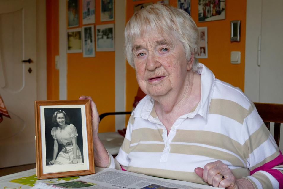 Alte Fotos holen die Erinnerung zurück. Die 90-Jährige zeigt ein Foto von sich aus dem Jahre 1950.
