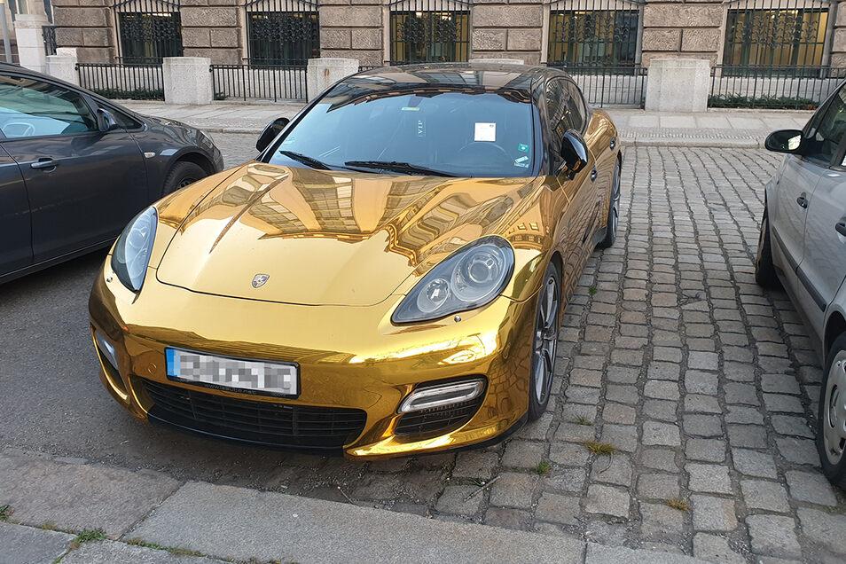 Weil er ohne Berechtigung auf einem Anwohnerparkplatz stand, hatte das Ordnungsamt einen Zettel an die Windschutzscheibe dieses goldenen Porsche Panamera geklebt.