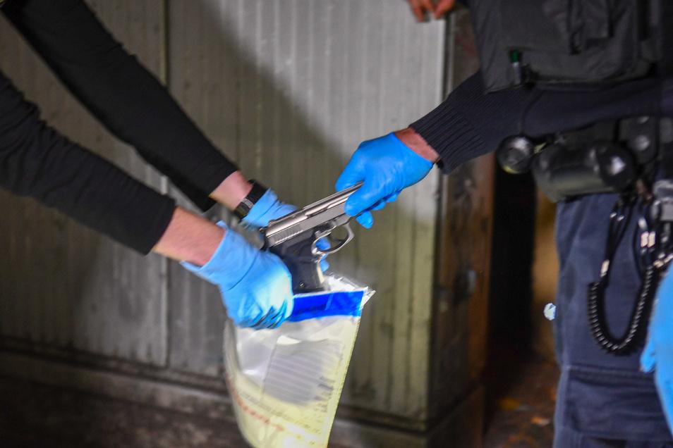 Unter einem Auto in der Nähe der Shisha-Bar fanden Polizisten diese Schusswaffe. Außerdem wurden Patronenhülsen und ein Baseballschläger sichergestellt.