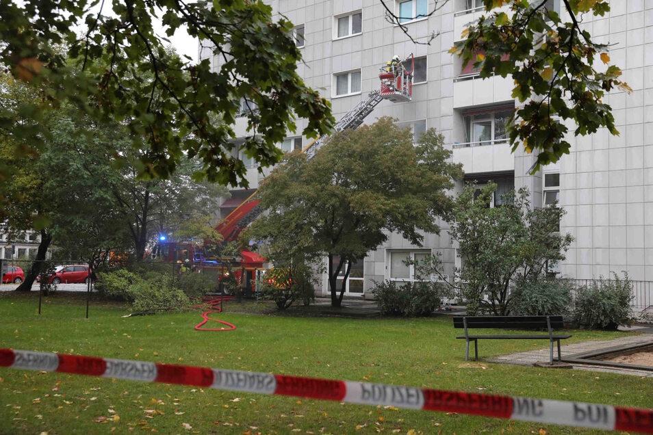 Im dritten Stock eines Hochhauses an der Grunaer Straße in Dresden kam es am Mittwoch zu einem Brand. Ein Mann konnte nicht mehr gerettet werden.