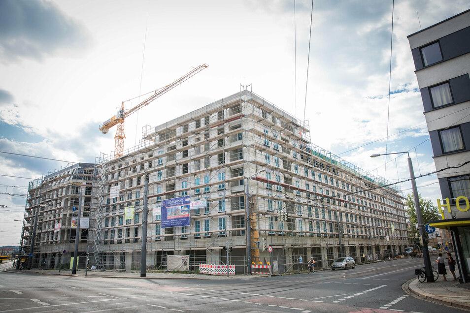 An der Ecke von Friedrich- und Weißeritzstraße entsteht ein Komplex mit mehr als 120 Wohnungen. Im Erdgeschoss soll ein Supermarkt und ein Café einziehen.