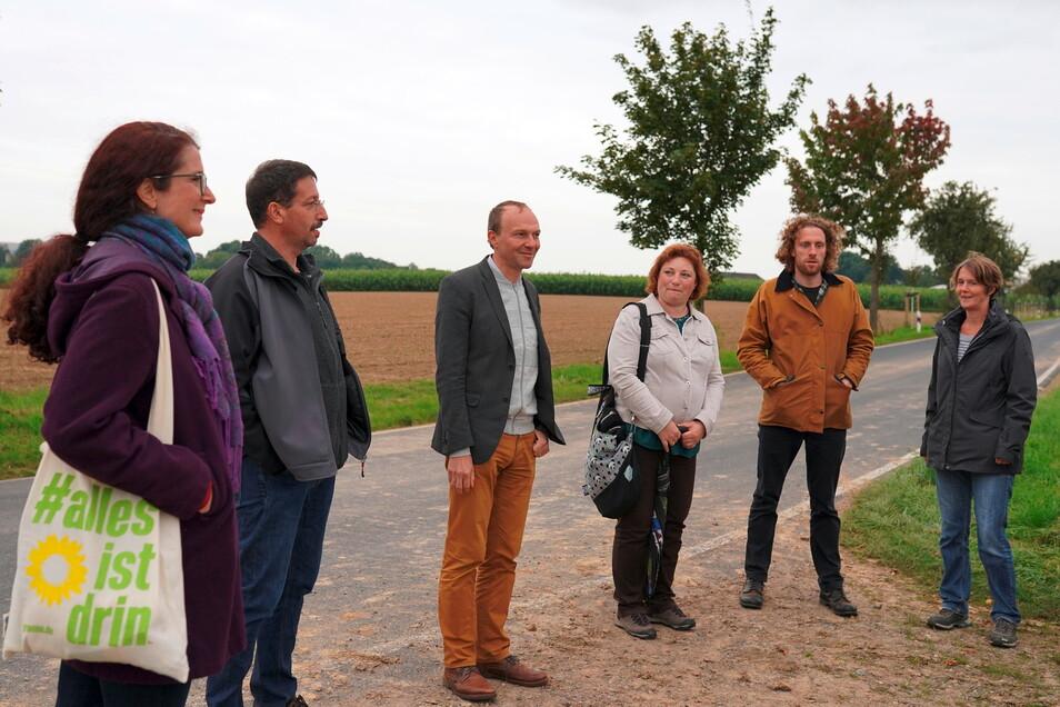 Landwirtschaftsminister Wolfram Günther (3.v.l.) im Gespräch mit Teilnehmern der Veranstaltung zur Problematik bei Anpflanzung von Straßenbäumen. Unter ihnen die Grünen-Bundestagskandidatin Karin Beese (l.)