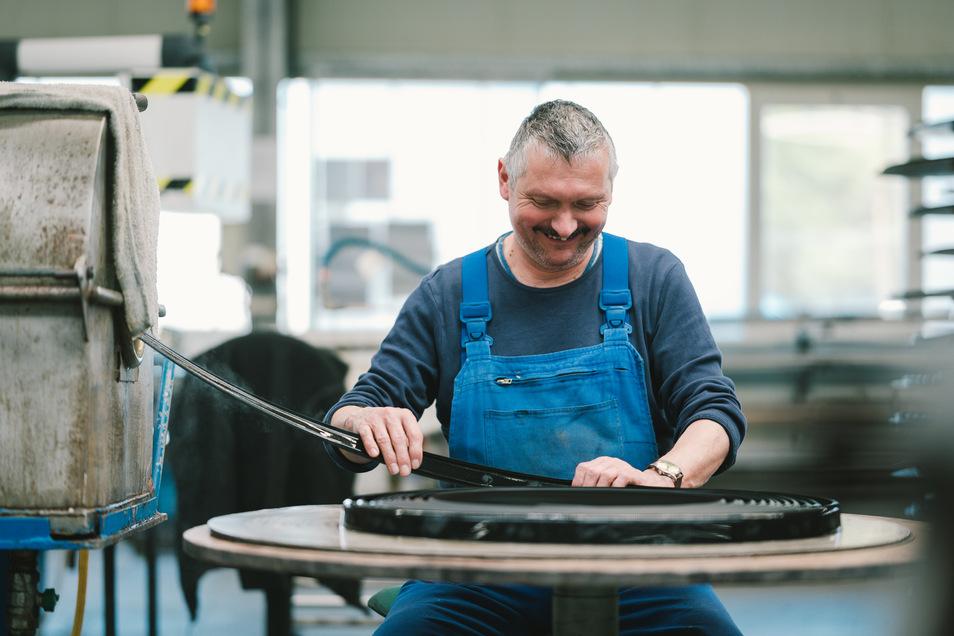 Spaß bei der Arbeit: Ein Mitarbeiter im Werk von Lausitz Elaste.
