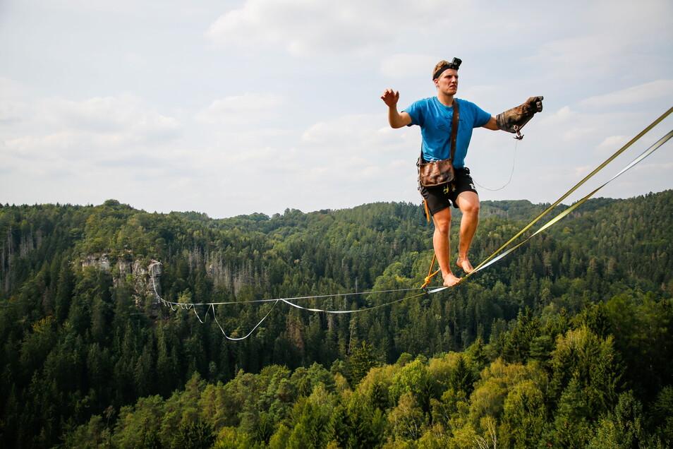 Ruben Langer hoch über dem Polenztal im August 2019, damals beim Elbsandsteinbouldercup in Hohnstein.