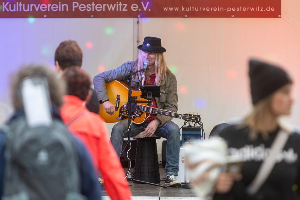 """Der Freitaler Tino Z. gab mit weiteren Künstlern anlässlich des 100. Stadtgeburtstages von Freital 100 Lieder zum Besten. Titel der Veranstaltung: """"100 Jahre Freital - 100 Songs"""""""