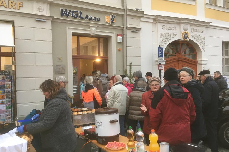 "Zum Auftakt des ""Lebendigen Adventskalenders"" kamen viele Löbauer an den Altmarkt."