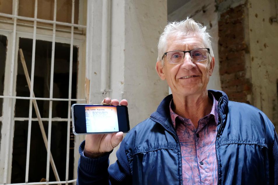 Mit nicht mehr als Namensliste in der Hand sucht Corte Harmjanz Fotos der ersten Hausbewohner.