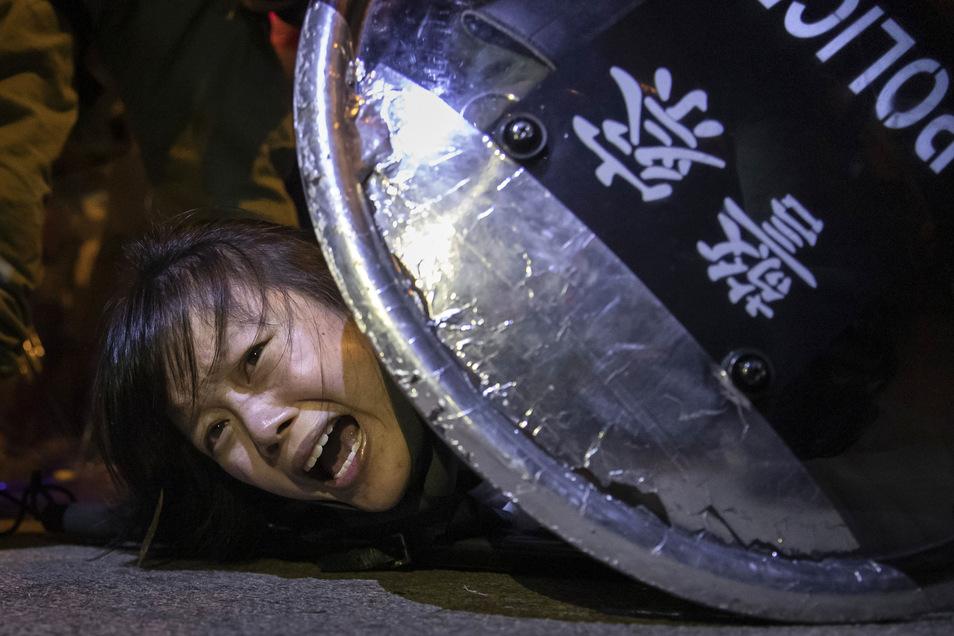 Eine Protestlerin gegen das Auslieferungsgesetz wird von der Polizei bei Auseinandersetzungen vor der Polizeistation von Mong Kok festgenommen. Der Fotografenstab von Reuters wurde mit dem Pulitzer-Preis 2020 in der Kategorie Breaking News Photography aus