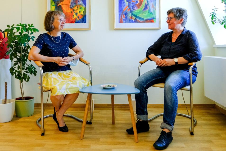 Annegret Maneck (l.) und Sabine Grimm sind die beiden weiteren guten Seelen des dreiköpfigen Teams der Beratungsstelle im Ärztehaus in Radebeul-Ost.