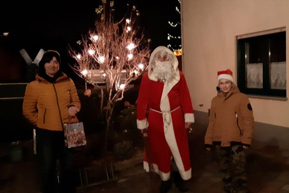 Ist er es wirklich? Der Weihnachtsmann sorgte in Mühlsdorf für manche Überraschung.