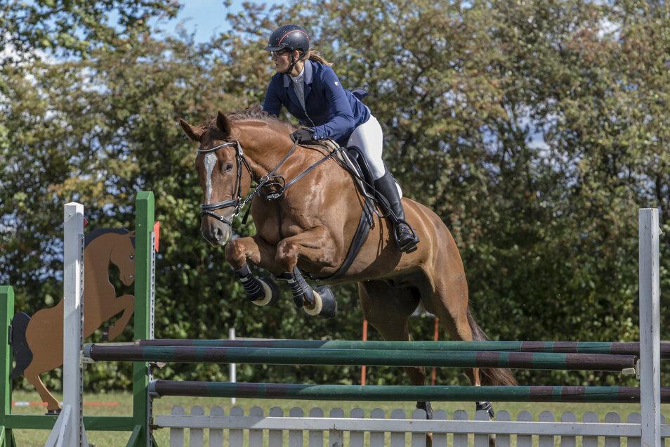 Maria-Johanna Ermlich vom Ullersdorfer Reit- und Fahrverein auf ihrem Pferd Cat Balou während der Punktespringprüfung.