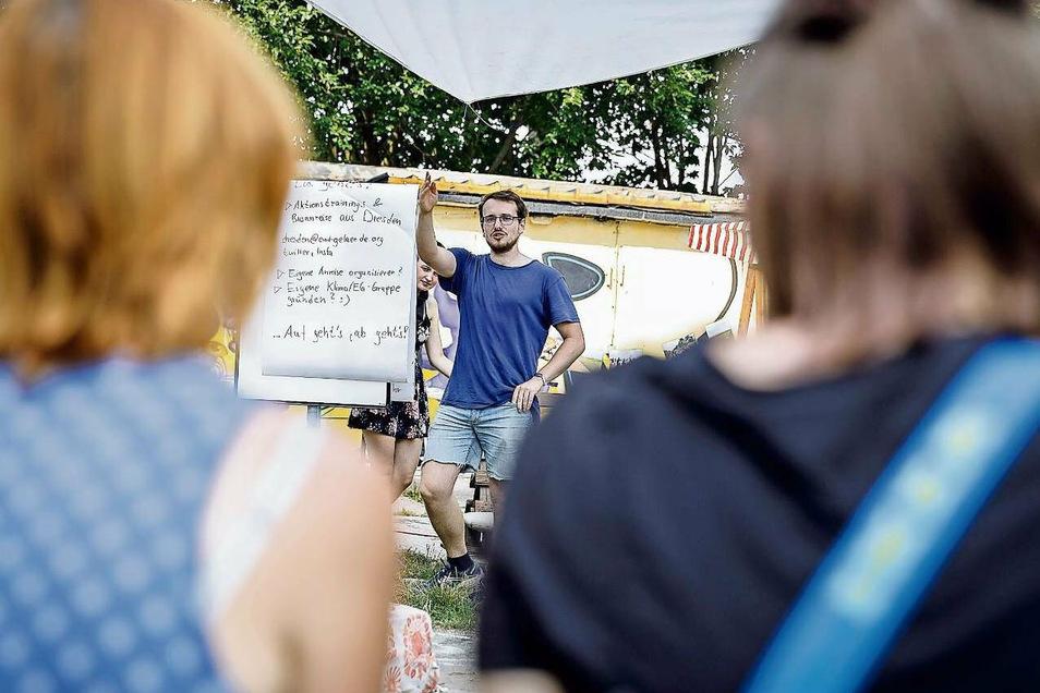 """Ben aus Dresden wirbt auf dem Fokus-Festival in Görlitz für Aktionen der Kampagne """"Ende Gelände""""."""
