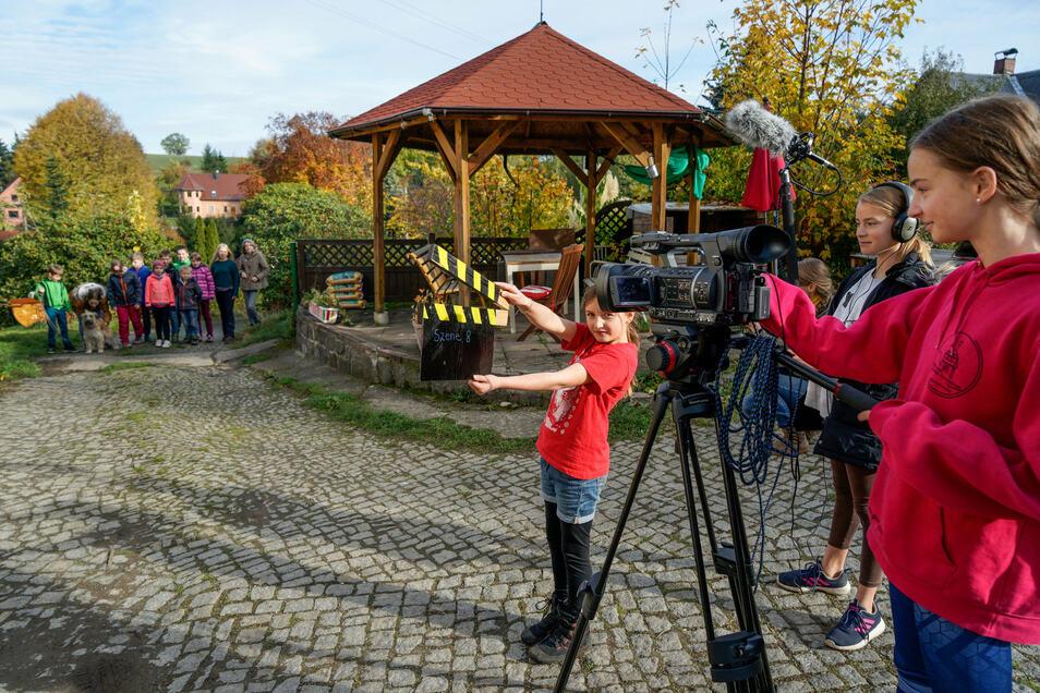 """""""Kamera ab"""", hieß es von Montag bis Mittwoch beim Filmdreh in Bühlau. Hier bauten die Macher die Technik vor einer Scheune auf einem Gehöft auf: Jasmin steht an der Kamera, Constance bedient den Ton, und Sora schlägt die Klappe."""