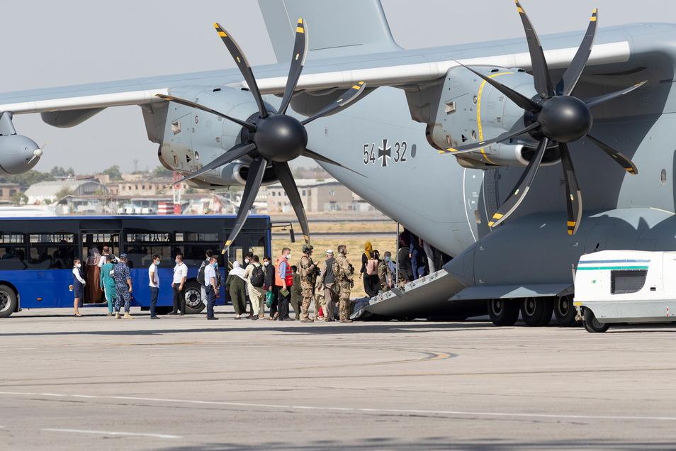 Die Bundeswehr hat deutsche Staatsbürger und afghanische Ortskräfte aus Kabul evakuiert.