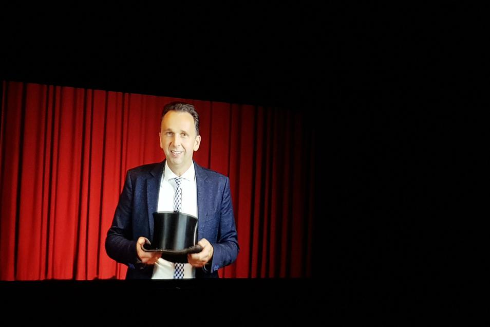 Die Gastredner - hier Riesas OB Marco Müller (CDU) - kamen diesmal nicht persönlich zur Immatrikulationsfeier. Stattdessen grüßten sie von der Kinoleinwand, weil auch die Studierenden streng getaktet in Gruppen ins Kino Capitol kamen.