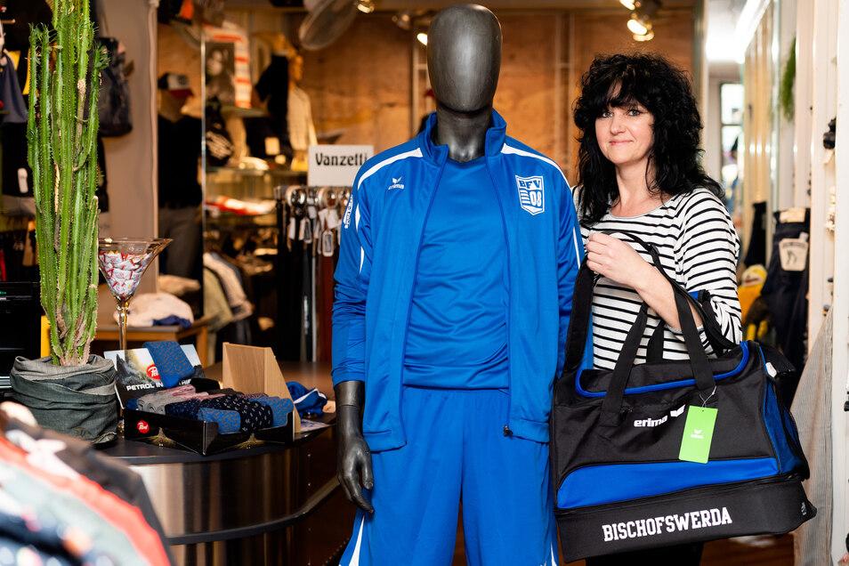 Tina Meinert, Chefin im Geschäft Colorado Fashion & Streetwear, präsentiert einen Teil der BFV-Klubkollektion.