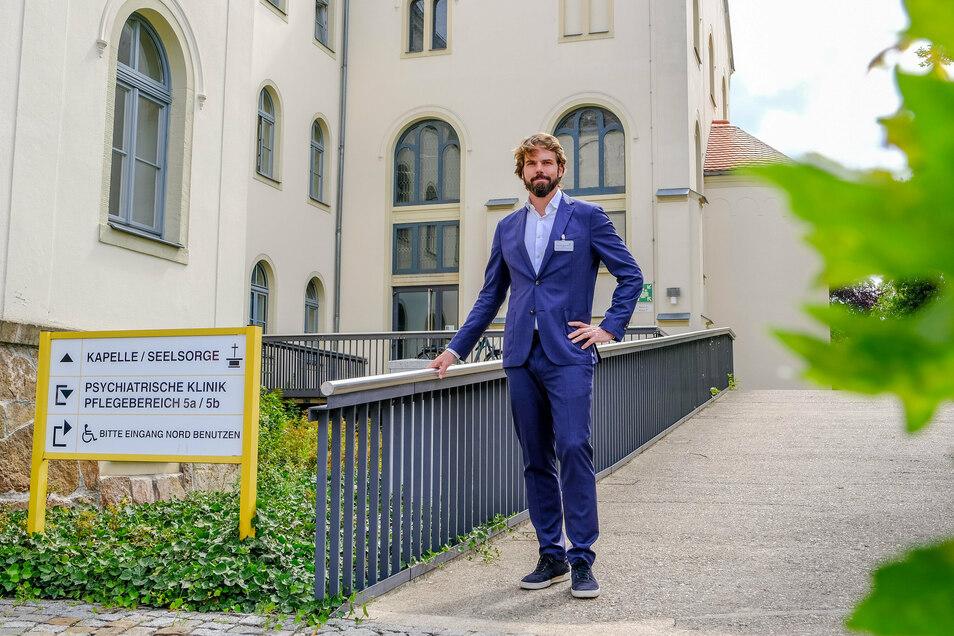 Dr. Maximilian Pilhatsch vor seinem neuen Arbeitsplatz als Chefarzt der Klinik für Psychiatrie und Psychotherapie in Radebeul.