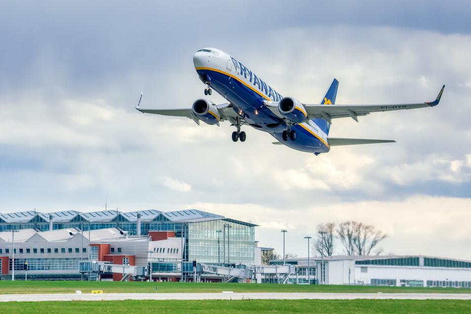 Eine Ryanair-Maschine startet von Dresden nach Mallorca: Langsam erwacht der Flugverkehr aus der Corona-Zwangspause.