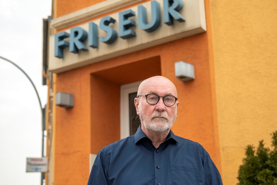 Rainer Thielemann vor seinem Friseursalon. Der Riesaer bleibt Obermeister der Friseurinnung im Landkreis Meißen.